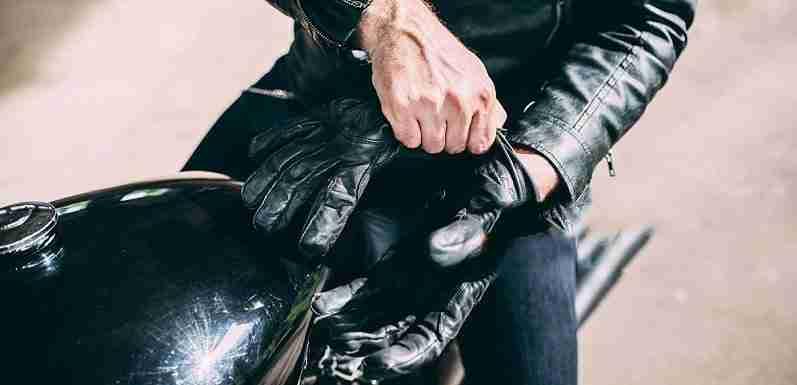 Quais são os trajes para andar de moto?
